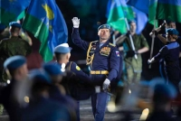 Танцы, строевые приёмы с карабином Симонова и огромное полотнище флага ВДВ — вот чем удивляли на «Спасской башне» «парни особого рода»
